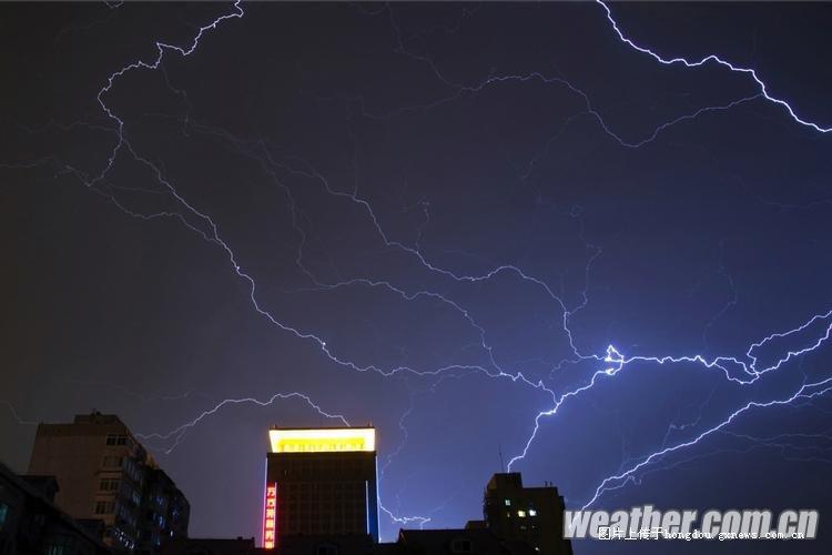 发一些超震撼的极端天气图片