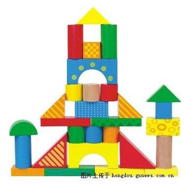 搭建积木可使原本生硬的物体变得有生命力,城堡建筑成功总让宝宝兴