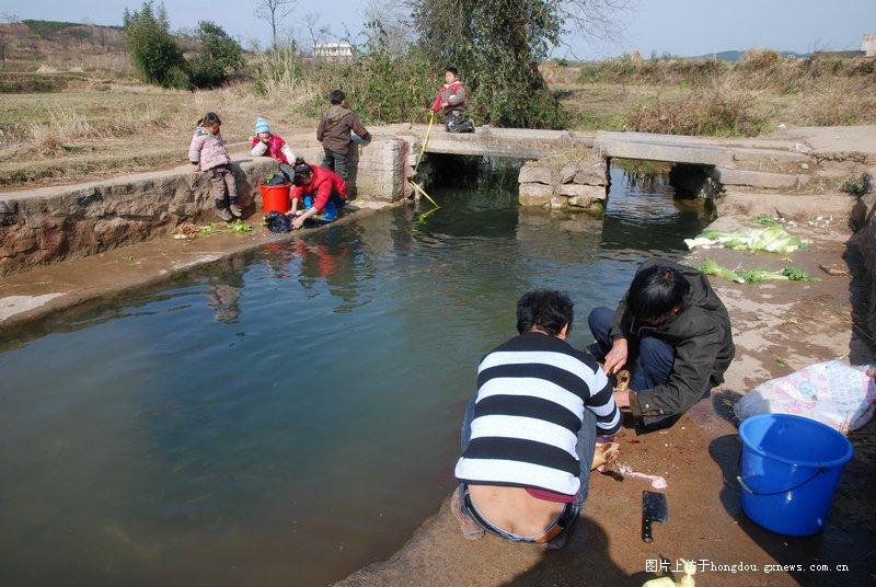 小溪边上忙碌的村民和玩耍的孩子   被    ]图片