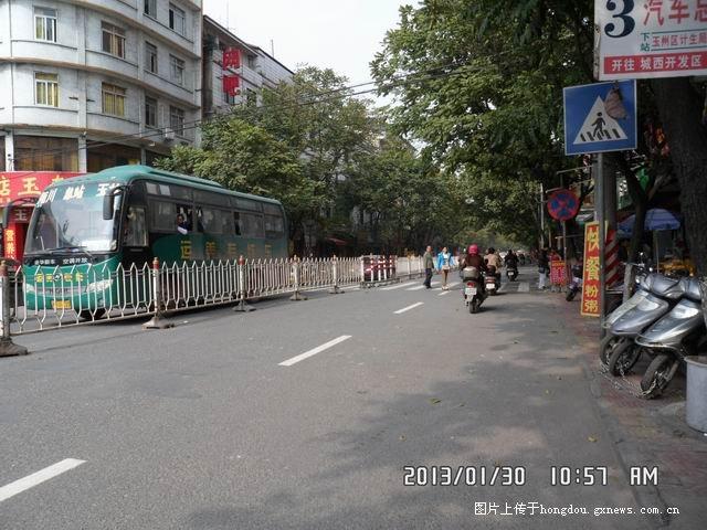 汽车站前道路加护栏和人行道标志 高清图片