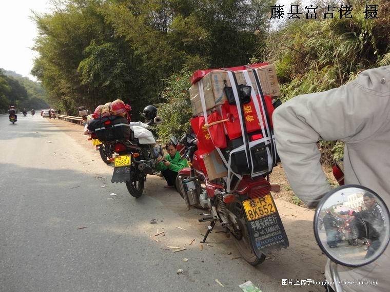 平安/回复: 藤县路段返乡摩托车群队平安过境.图片PP...