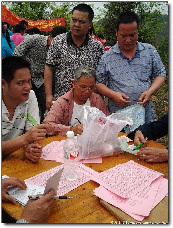 献爱心 村民慷慨解囊现场捐款救助患重病女教