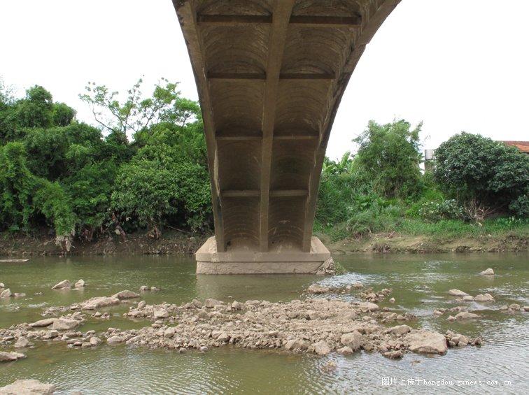 样一座桥,需要多大的付出,所谓的白天建桥忙,晚上批斗忙……但不
