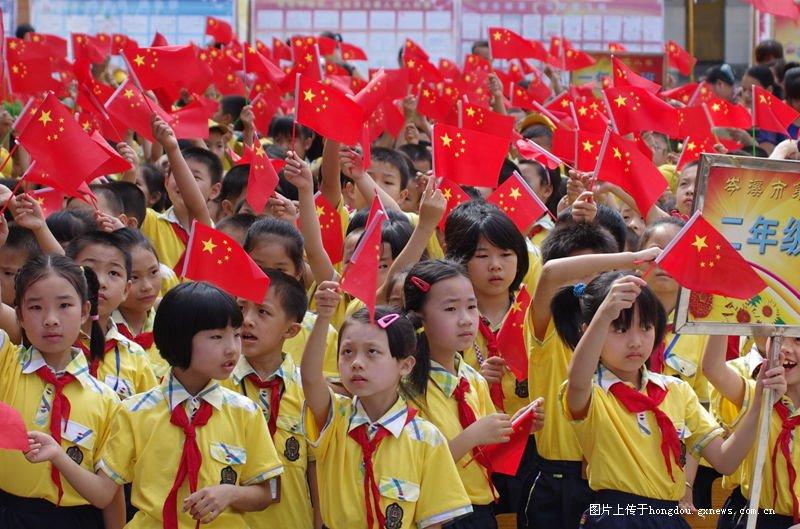 岑溪市第二小学六。一专题文艺演出散记-红手抄报英语简单小学生图片