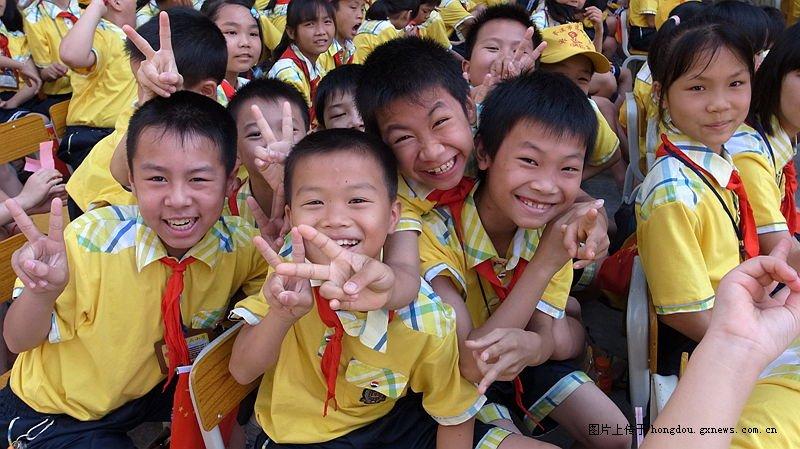 岑溪市第二小学六。一散记文艺演出小学-红的艺术身边-专题作文图片