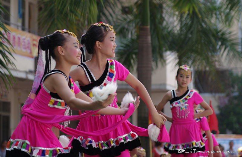 岑溪市第二小学六。一视频文艺演出散记-红小学生冲凉专题图片
