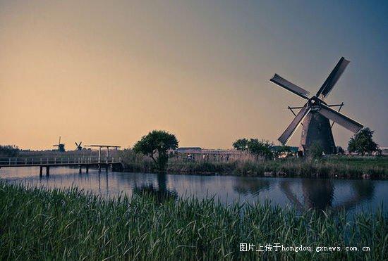 2.荷兰小孩堤坝   从此,以蕾丝织品为主的手工产品逐渐成为蕾丝岛居