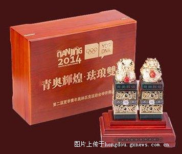 正面雕刻 宫廷珐琅彩上雕刻2014年南京青奥会会徽标志高清图片