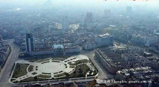 广场边最高的楼是玉林广电大楼-活力新贵港,明珠耀西江 图片记载贵