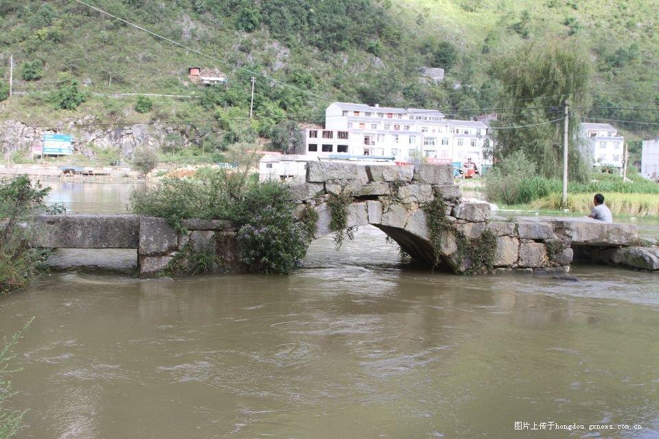 古老的石拱桥-夏日平寨湖