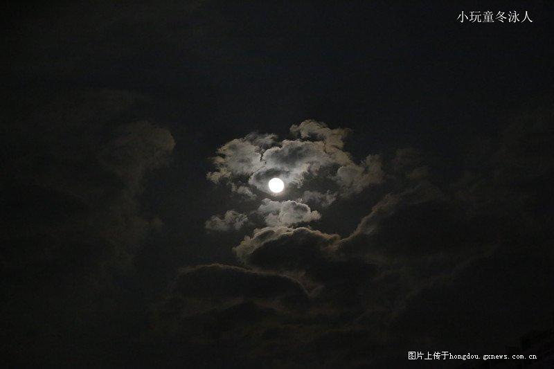 薄云邀明月,共戏彩云间。