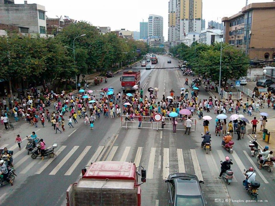 五分钟两千学生安全过马路