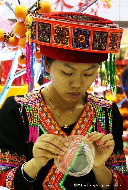 标题 第七届广西名特优农产品交易会各路商家八仙过海各显神通吸引眼