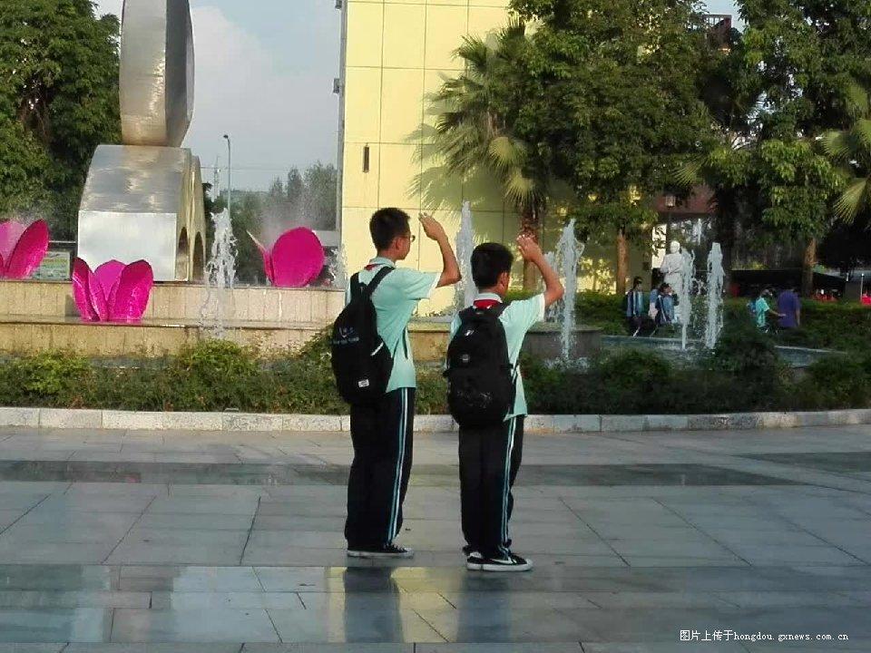 来宾中学生的爱国举动