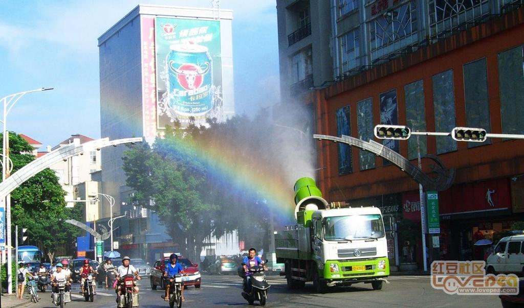 街道上闪现绚丽彩虹