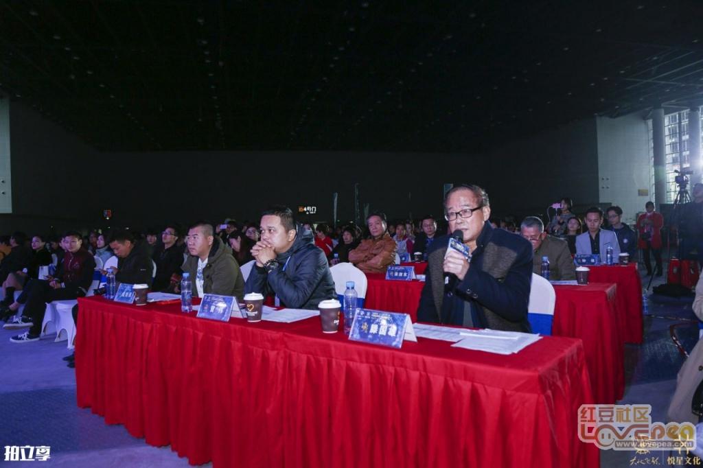 音乐家腾格尔与南宁大地飞歌文化产业集团有限责任公司副总经理冯