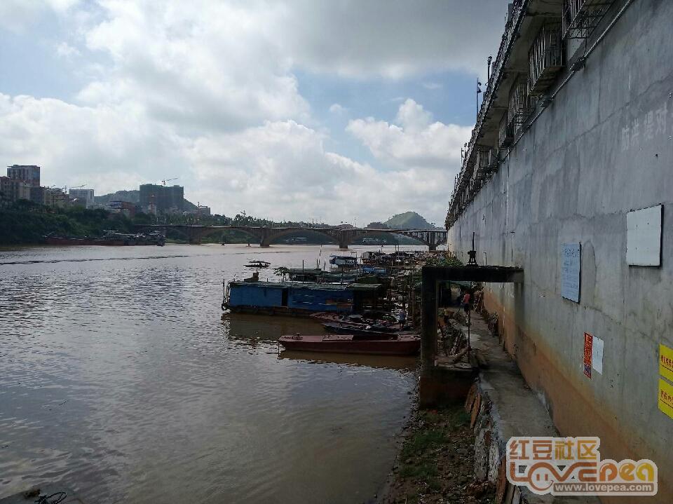 江边防洪堤