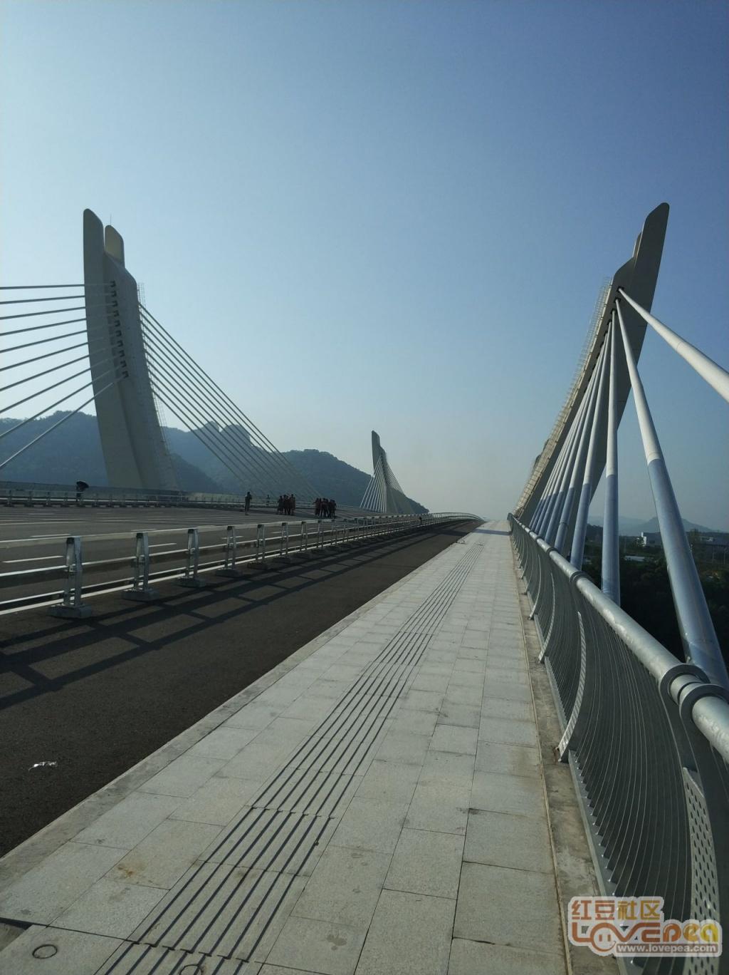 天白云映衬美丽崇左大桥