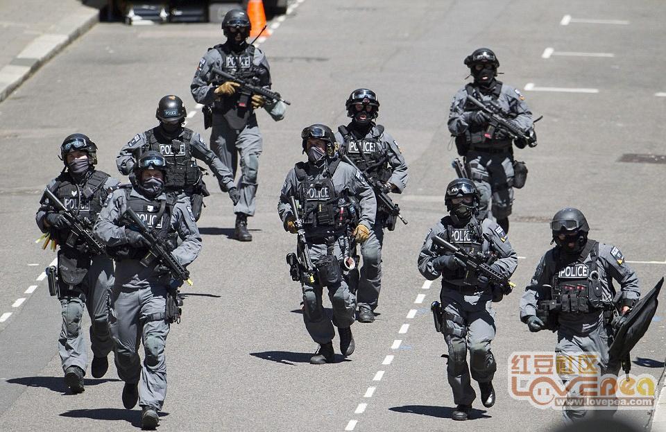 防城港:2019年春运首日,警匪片在火车站上演