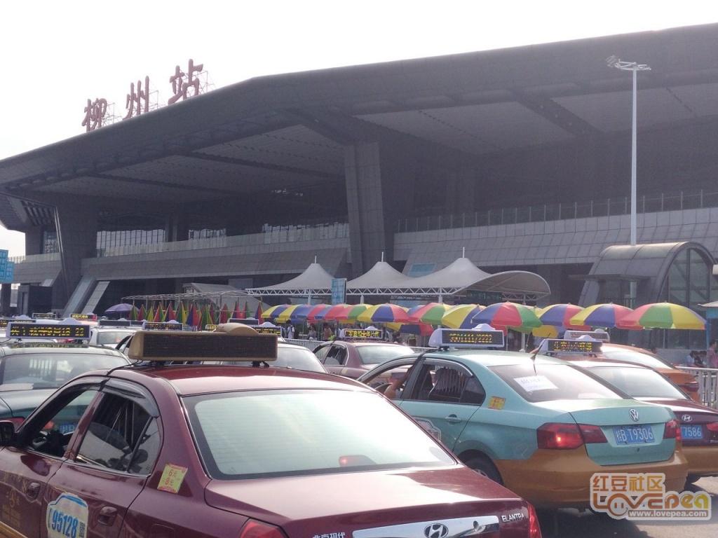 柳州站前的候车区终于装上遮阳棚