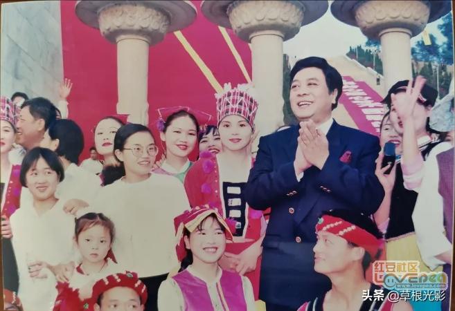 赵忠祥1998年亮相百色主持情景