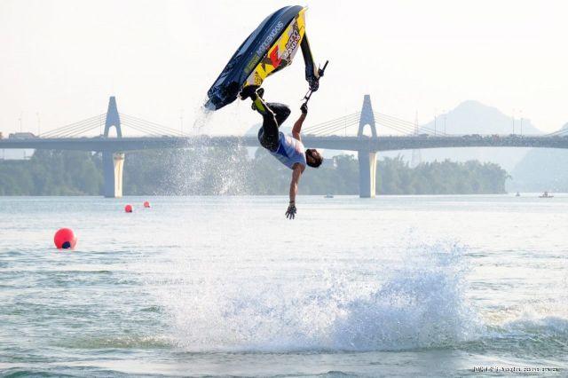 一周图片:水上国际摩托艇赛选手特技炫爆镜 乡水田园风光仿若世�