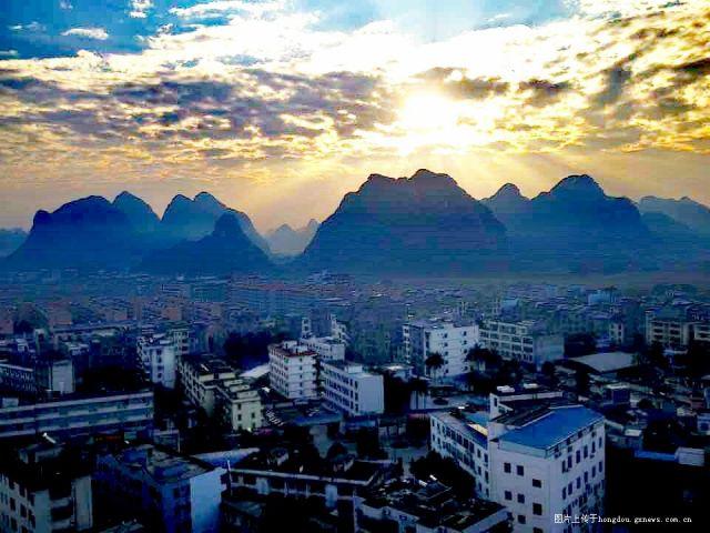 太阳底下的大新县城