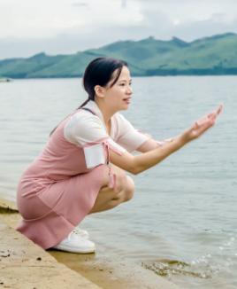 平龙湖边的少女