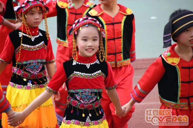庆祝60大庆!柳州这所小学沸腾了~