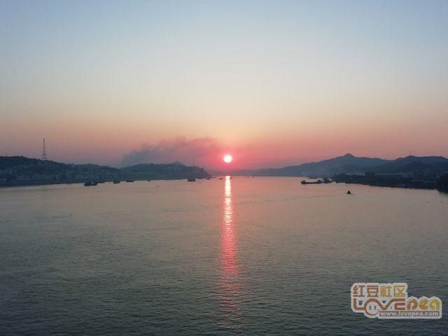 一抹夕阳染红天