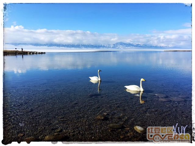 早晨,赛里木湖两模特―――