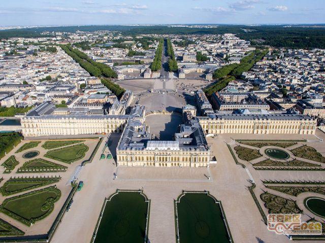 防城仔进入法国境内到达凡尔赛宫度假