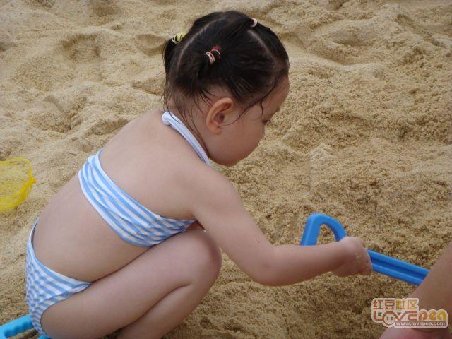 玩泥沙的小女孩