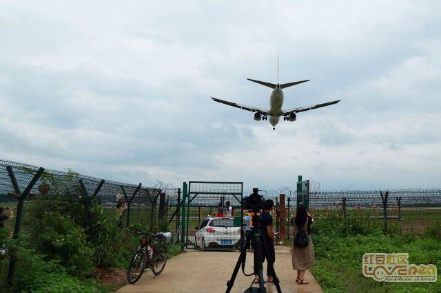 机场围墙边拍飞机