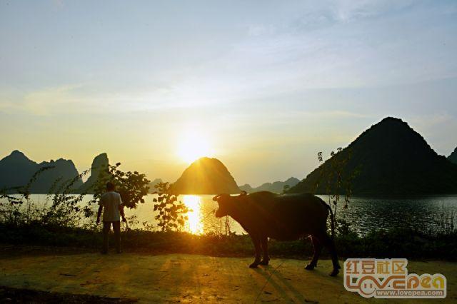 夕阳映平湖