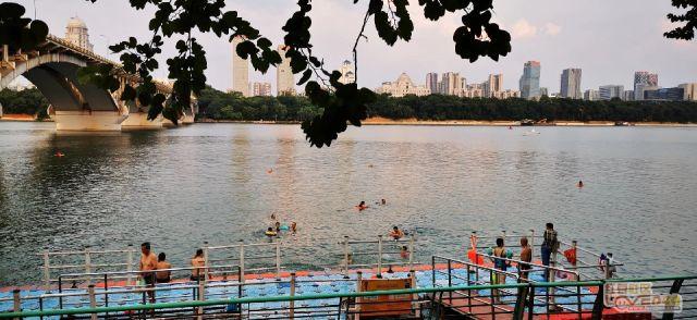 在柳江河游泳