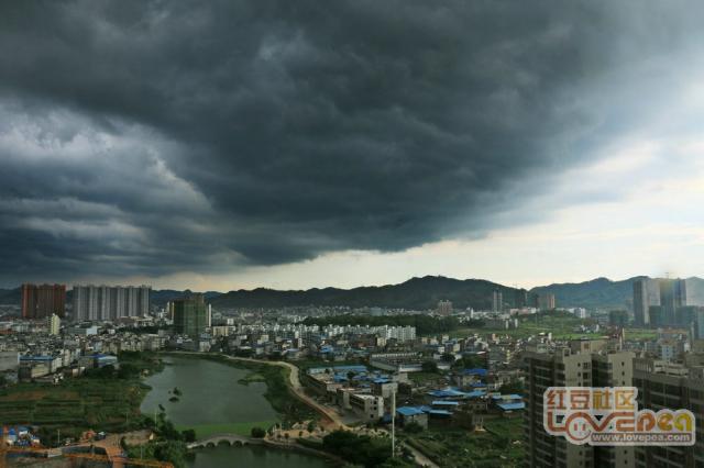 黑云压城大雨来