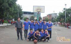 篮球场上  激战正酣